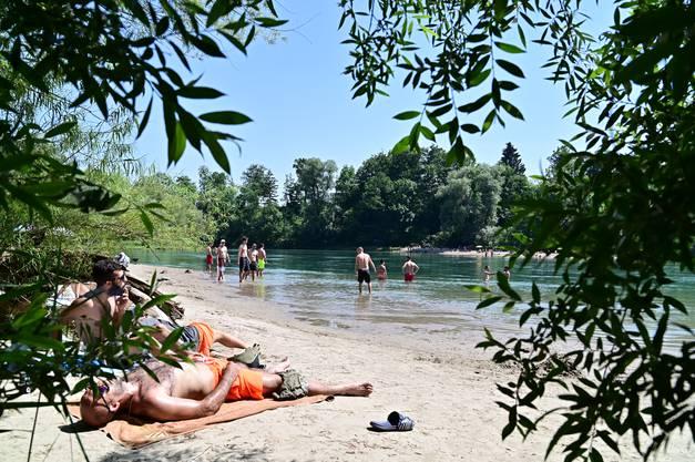 Auch am schönsten Strand von Olten unterhalb des Wasserkraftwerks von Ruppoldingen genossen Aberdutzende jedes Alters Ferienstimmung.
