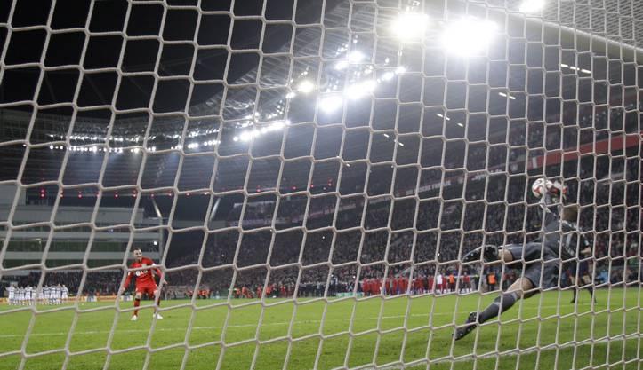 Manuel Neuer hält den Penalty von Josip Drmic.