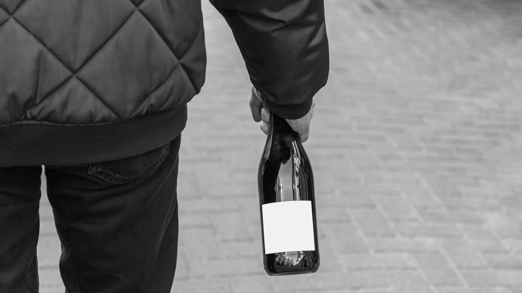 Angriff mit Flasche: 25-Jähriger erleidet schwere Kopfverletzungen