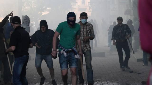 Unterstützer der ukrainischen Regierung bewaffnen sich mit Steinen