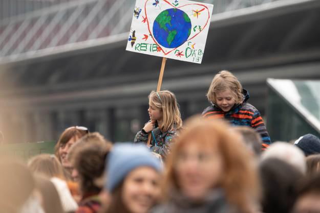 Rund 300 Personen demonstrierten in Aarau für mehr Umweltschutz und Solidarität.