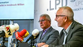 LKA-Leiter Walter Pupp und Harald Baumgartner, Leiter der Fremden- und Grenzpolizei, informierten die Medien über das Gewaltverbrechen mit einem Toten in einer Wohnung im Innsbrucker Stadtteil Wilten in Innsbruck.