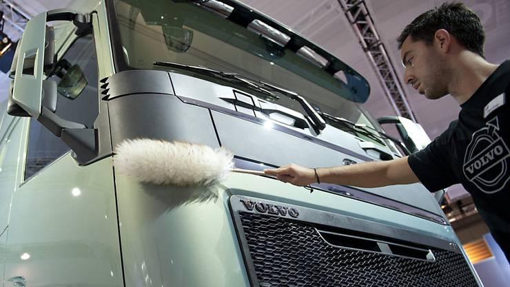 Der schwedische Nutzfahrzeughersteller Volvo hat einen guten Jahresstart hingelegt. Vor allem weil der Konzern deutlich mehr Lastwagen auslieferte als ein Jahr zuvor, schossen Umsatz und Gewinn hoch. (Archiv)