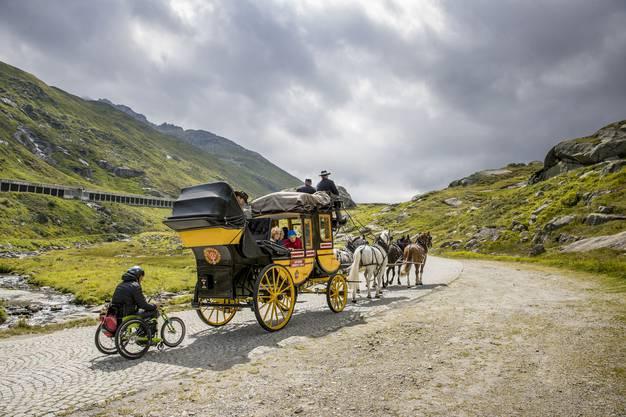 Stefan Keller wird von der Kutsche der Historischen Gotthardpost hinauf gezogen. (Archiv)