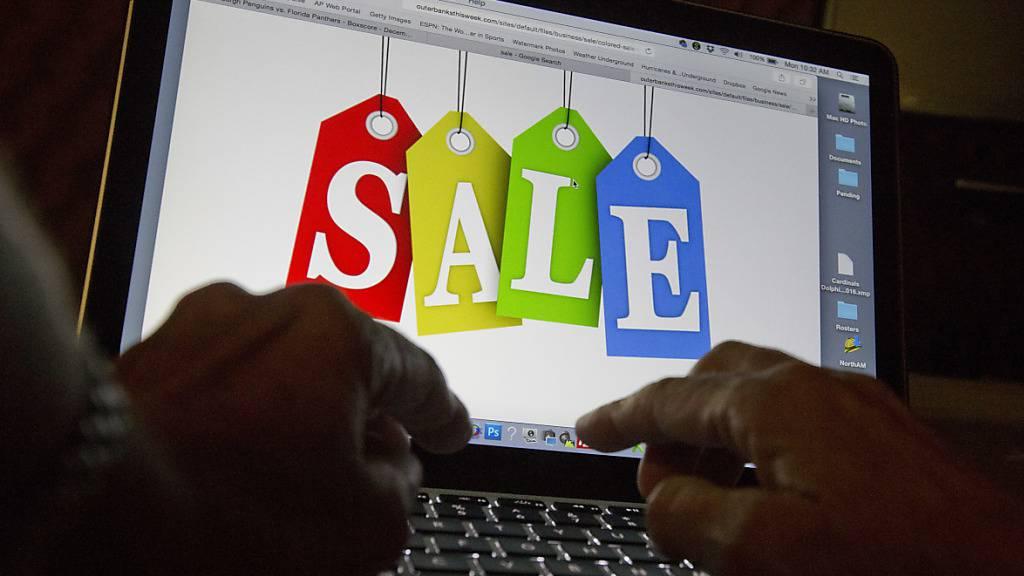 Die meisten Schweizer Onlinehändler sind bereits einmal Opfer von Cyberkriminellen geworden, wie eine Umfrage zeigt. Dagegen setzen sie sich zur Wehr.(Symboldbild)