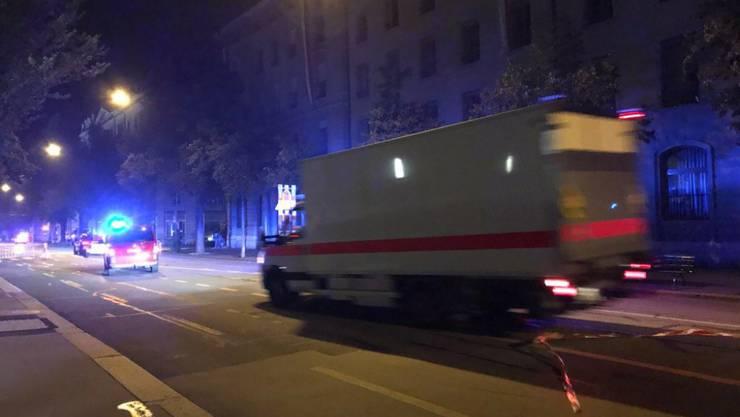 Die Polizei transportiert in Bern einen verdächtigen Rucksack ab.