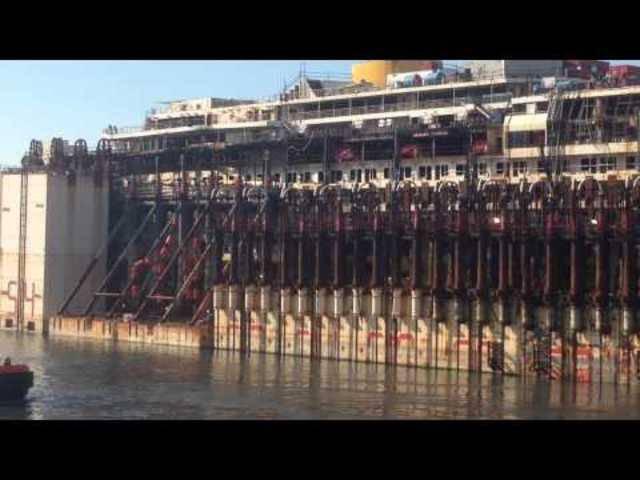 12. Mai 2015: Das Wrack der Costa Concordia wird von mehreren Schleppern durch den Hafen Genua gezogen.