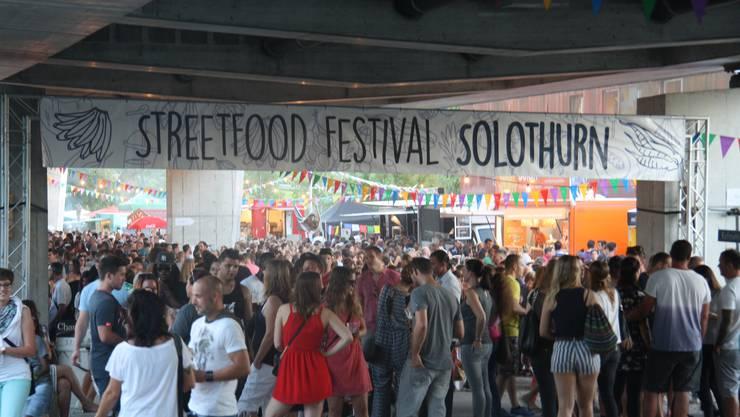 1. Streetfood-Festival in Solothurn: Am Samstagabend war kein Durchkommen mehr.