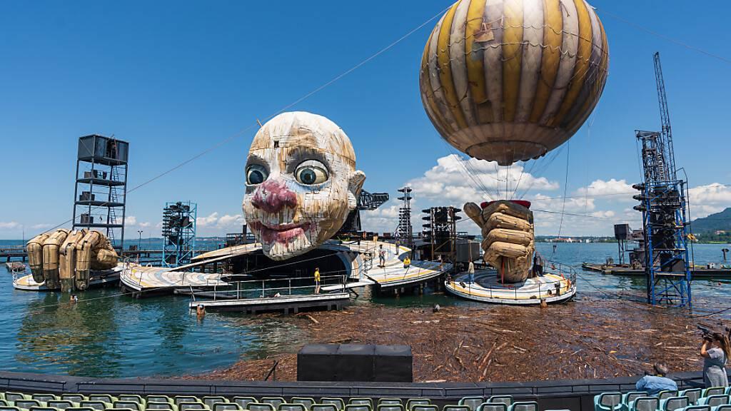 Nicht nur das «Rigoletto»-Bühnenbild auch die Bregenzer Festspiele haben die Corona-Zwangspause gut überstanden. Anfang Juni wurde der gelb-weiss gestreifte Fesselballon wieder installiert. (Archivbild)