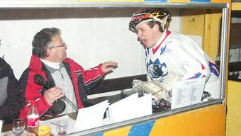 Januar 2003: Im Derby gegen Urdorf stürmt EHC-Dietikon-Goalie das Speakerhäuschen Thomas Leimgruber.