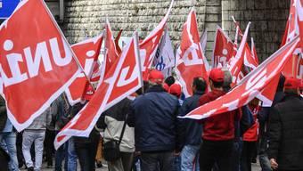 Bauarbeiter protestieren fuer eine Lohnerhoehung, am Samstag, 21. Oktober 2017, in Olten. Die Gewerkschaft Unia hat zu dieser Demonstration aufgerufen. (KEYSTONE/Peter Schneider)