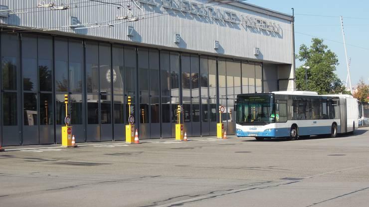 In der VBZ Busgarage Hardau wurde am Donnerstag der neue Quartier-E-Bus vorgestellt.