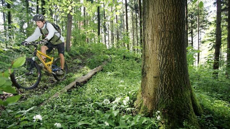 Bauer holt Gewehr, um Mountainbiker einzuschüchtern.