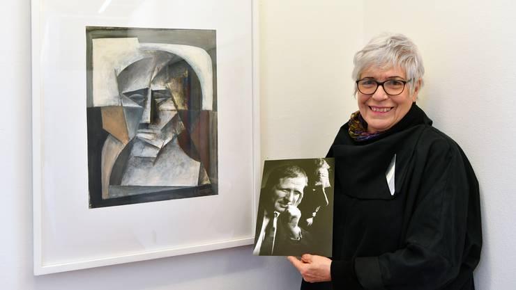 Brigitte Spiegel vor einem Selbstporträt ihres Ehemannes, Künstler Cäsar Spiegel, in der Alten Kirche in Härkingen, wo die Werke ausgestellt werden.
