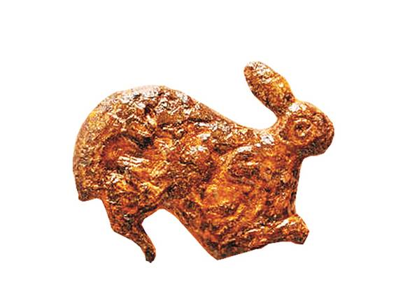 Die Hasenfibel aus römischer Zeit: Auf dem Leib der Häsin sind zwei kleine Hasen vertieft modelliert, die wahrscheinlich damals aus buntem Material geformt waren.