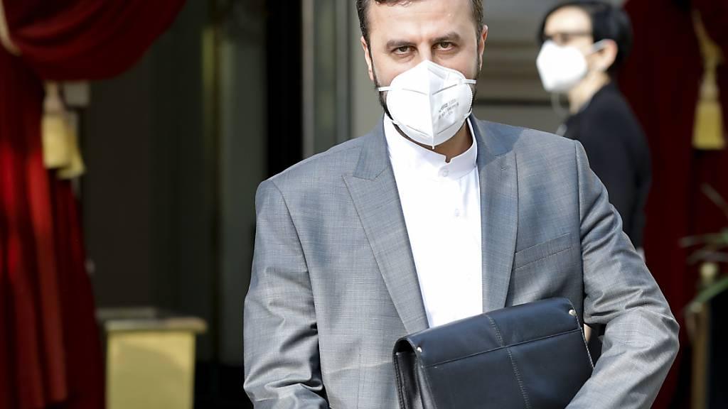 Kazem Gharib Abadi, iranischer Gouverneur der Internationalen Atomenergie-Organisation (IAEO), verlässt das «Grand Hotel Wien», in dem  Atomgespräche mit dem Iran hinter verschlossenen Türen stattfinden. Foto: Lisa Leutner/AP/dpa