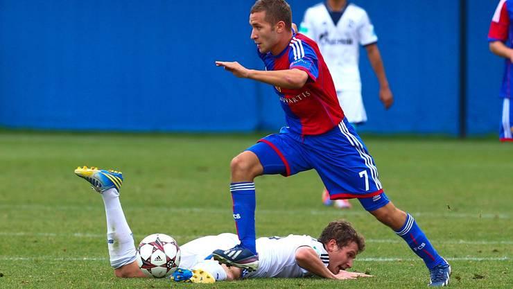 Basels Veljko Simic konnte sich gegen starke Schalker nur selten in Szene setzen.