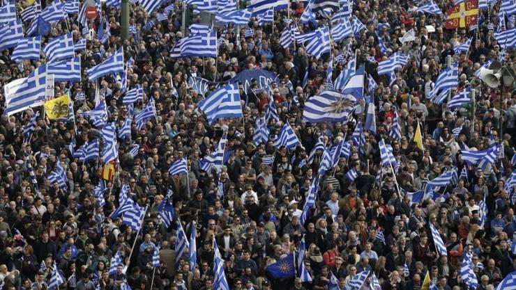 """Bei einer Grosskundgebung in Athen haben Hunderttausende Demonstranten die alleinigen Rechte Griechenlands auf den Namen Mazedonien angemeldet. """"Mazedonien ist griechisch und nur griechisch"""", skandierten die Menschen, die aus allen Teilen des Landes mit Bussen gekommen waren."""