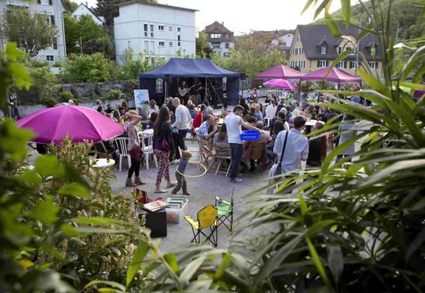 Die Besucher geniessen die sommerlichen Temperaturen am Festival «Freiluft».