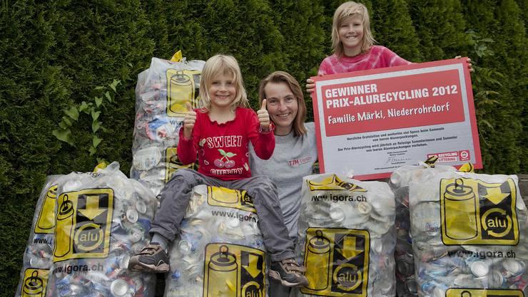 Familie Märki aus Niederrohrdorf für ihren Einsatz ausgezeichnet : Mutter Tanja mit Tochter Jasmin und Sohn Philipp mit dem gesammelten Alu