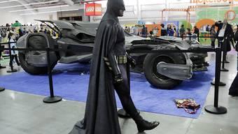 Batmans Fortbewegungsmittel, hier auf einer Spielwarenmesse, darf nicht ohne Erlaubnis des Comicverlags DC Comics nachgebaut werden. (Archivbild)