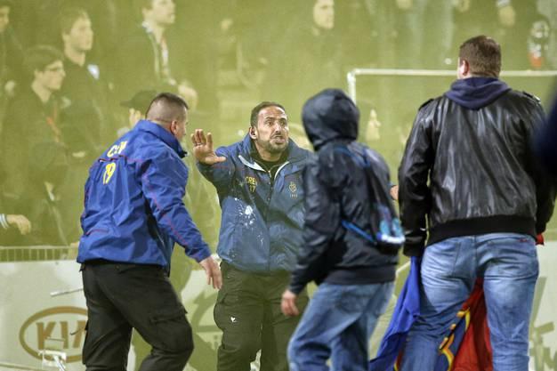FC-Securitys versuchen randalierende Fans zurückzudrängen. Erfolglos.