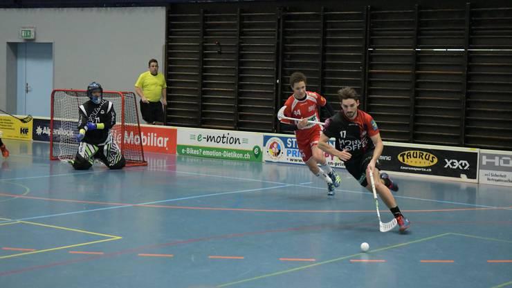 Der Limmattaler Pietro Luraschi, hier verfolgt vom Frauenfelder Dominik Stampfli, schoss drei Tore.