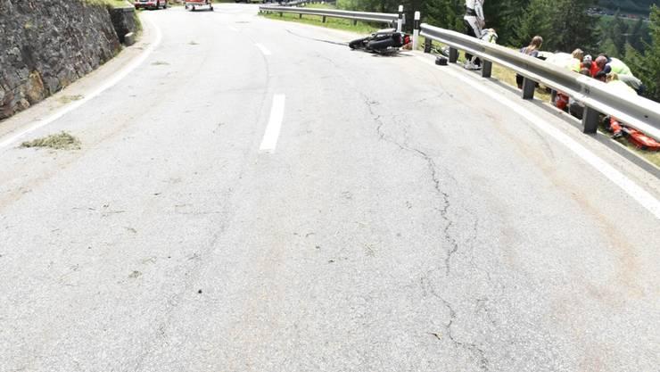 Nach einem Selbstunfall blieb ein Motorradfahrer am Samstagmittag mit unbestimmten Verletzungen unter der Leitplanke liegen.