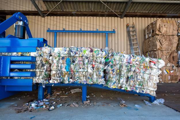 Zu grossen Würfeln gepresst wird er dann von der InnoRecycling AG weiter zu Granulat verarbeitet