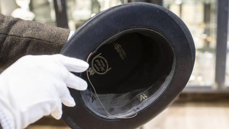 Der Zylinder mit den Initialen von Adolf Hitler.