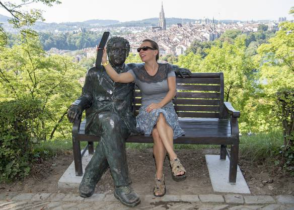 Nathay macht ein Selfie mit einer Albert Einstein Bronzestatue auf einer eben solchen Bank vor dem Hintergrund der Berner Altstadt am Samstag, 26. August 2017 in Bern. (KEYSTONE/Lukas Lehmann)