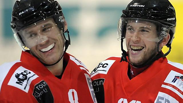 Glückliche Red-Ice-Spieler: Alexej Sirokows (l.) und Kevin Ryser.