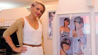 Laura Tschaggelar ist bekannt für ausgefallene Kreationen, eine Auswahl ist im Salon zu sehen. om