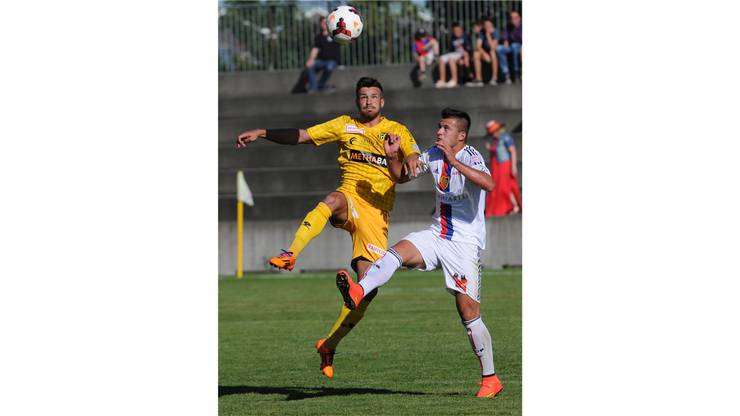Basels Albian Ajeti gegen Schaffhausens Andre Concalves.