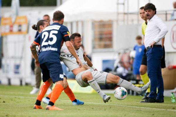Bledian Krasniqi (l.) und Nick von Niederhaeusern (2.v.l.) trennen Elsad Zverotic (M.) mit allen Mitteln vom Ball.