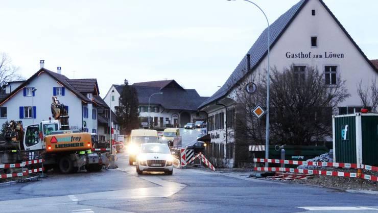 Verkehr bei der Baustelle an der Landstrasse in Möhlin