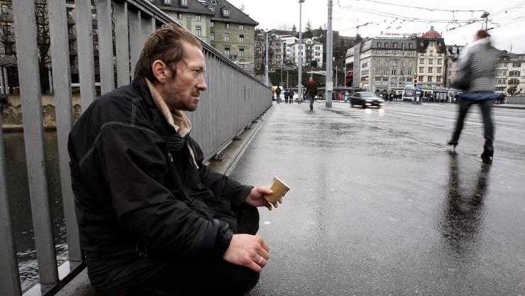 Nicht immer ist Armut so gut sichtbar wie hier im Stadtzentrum von Zürich.
