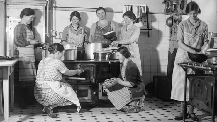 An Kochkursen vom Verein «Freundinnen junger Mädchen» treffen sich in Basel um 1930 deutsche und österreichische Hausangestellte. Staatsarchiv Basel-Stadt