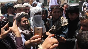 Unbewaffnete Taliban-Kämpfer umringt von Sympathisanten in Ghazni