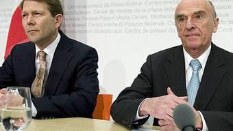 Fritz Zurbrügg und Hans-Rudolf Merz vor den Medien in Bern