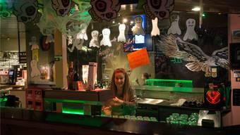 Marlise Gmür hat das Hollywood Pub für die Fasnacht hergerichtet – das diesjährige Motto in Bremgarten: Geisterbahn.