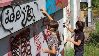 Jana (links) und Vera beweisen sich als junge Graffiti-Künstlerinnen.