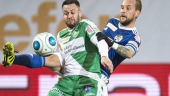 Der St. Galler Andreas Wittwer und Luzerner Markus Neumayr kämpfen um den Ball