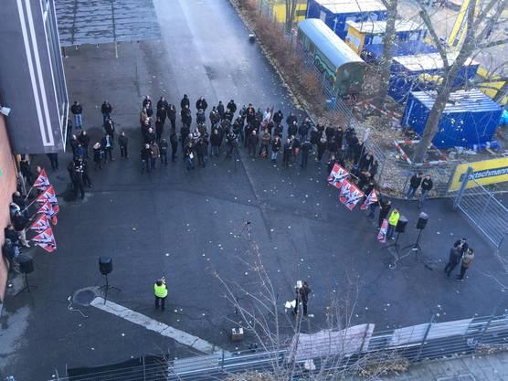 Die Anhänger der PNOS hielten als Folge ihre Veranstaltung - weiterhin von der Polizei abgeschirmt - in einer Nebenstrasse ab.