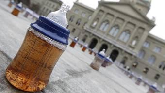 Mit dem neuen Verfahren der Empa-Forscher könnte die Wasseraufbereitung bald sehr effizient sein. Im Bild: Babyflasche mit verschmutzem Wasser auf dem Bundesplatz im Rahmen des Weltwassertags. (Symbolbild)