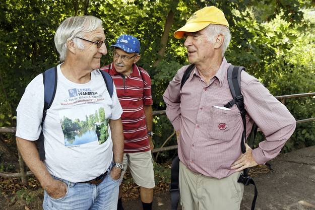 Routinierte Leserwanderer halten sich gerne in der Nähe des Wanderleiters auf.