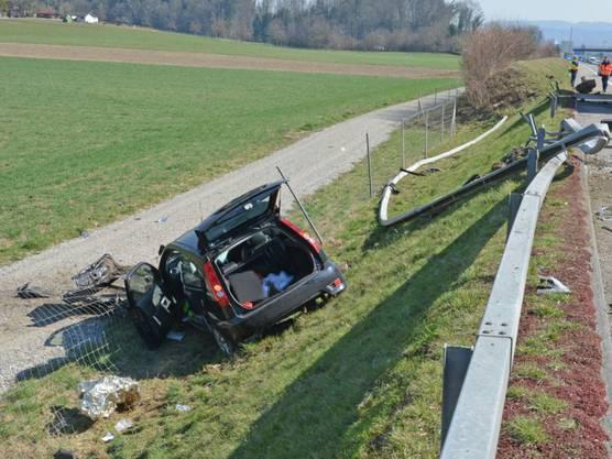 A7/Gachnang TG, 22. März: Eine Frau ist bei einem Selbstunfall verletzt worden. Ihr Auto durchbrach die Leitplanke, prallte in den Wildzaun und blieb auf der Seite liegen.