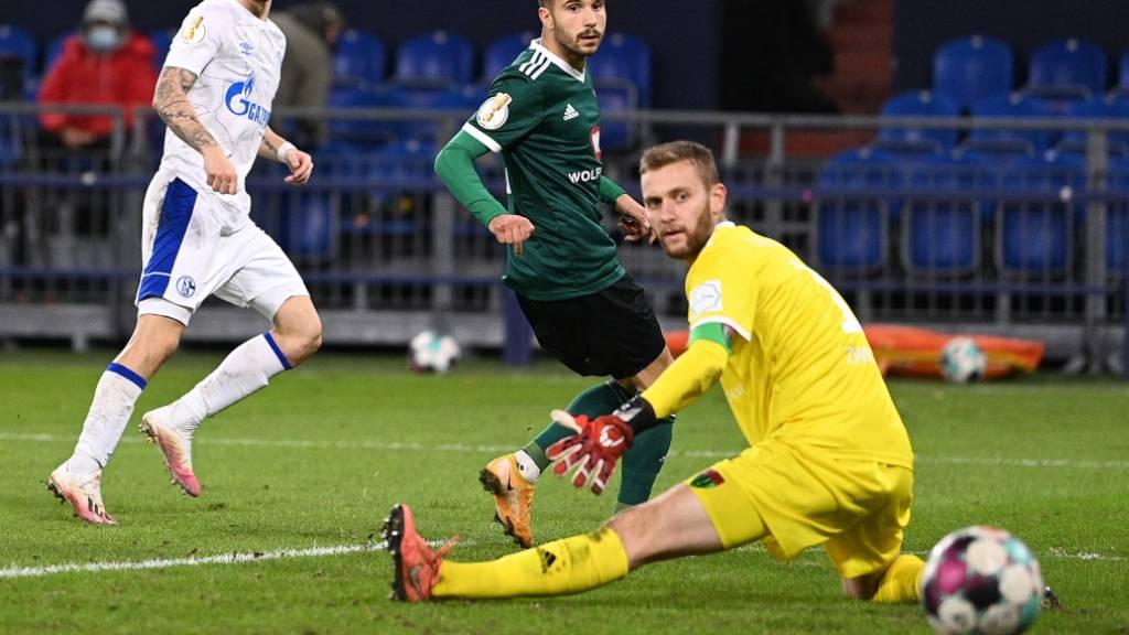 Gegen den Viertligisten Schweinfurt hat es für Schalke wieder einmal geklappt mit dem Sieg: Benito Raman trifft zum 4:1