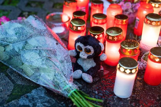 Für die Verstorbenen wurden Blumen niedergelegt und Kerzen angezündet.