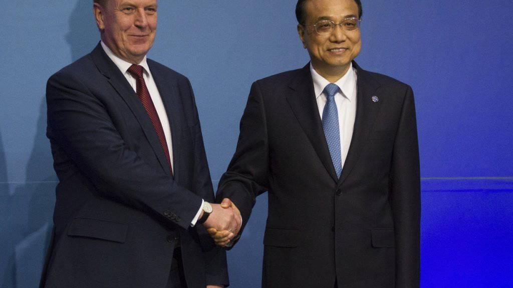 China wirbt für mehr Investitionen und einen stärkeren Handel mit Mittel- und Osteuropa.  Der lettische Ministerpräsident Maris Kucinskis empfing den chinesischen Premier Li Keqiang am 6. Wirtschaftsforum Chinas und Mittel- und Osteuropas in Riga.